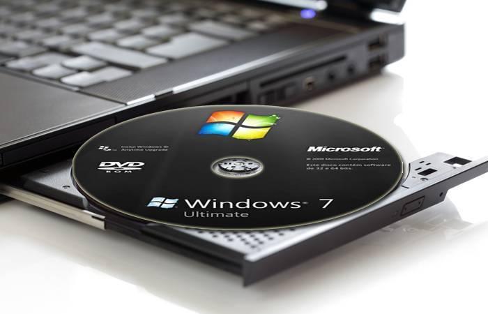 Vstavljaem-zagruzochnyj-disk-s-sistemoj-v-kompjuter.jpg